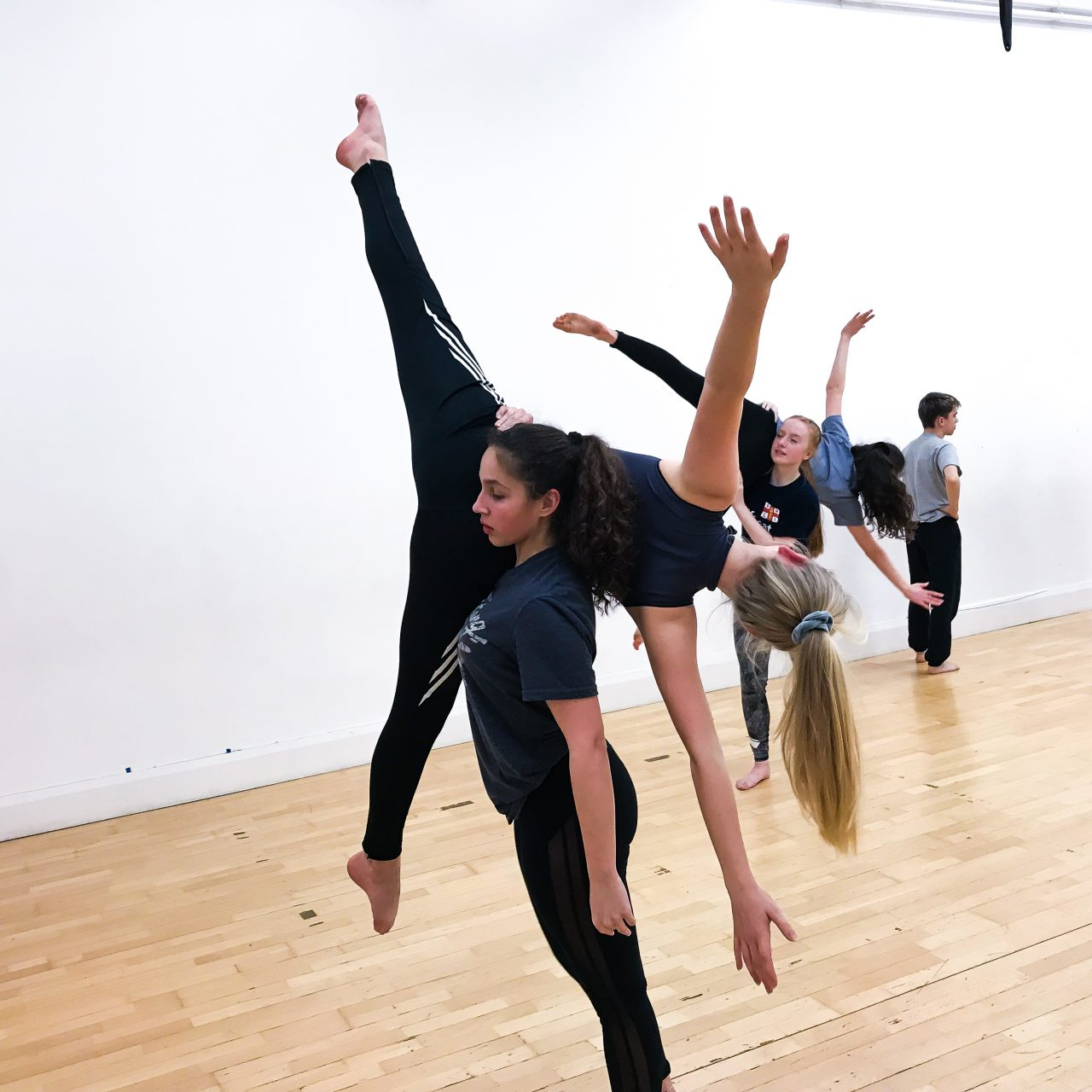 Motionhouse Youth girls performing a lift